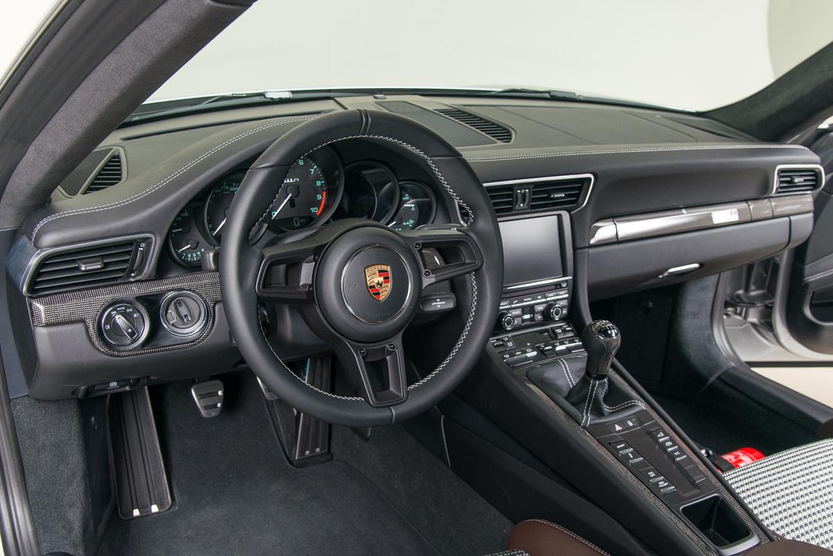 16 Porsche 911R 14